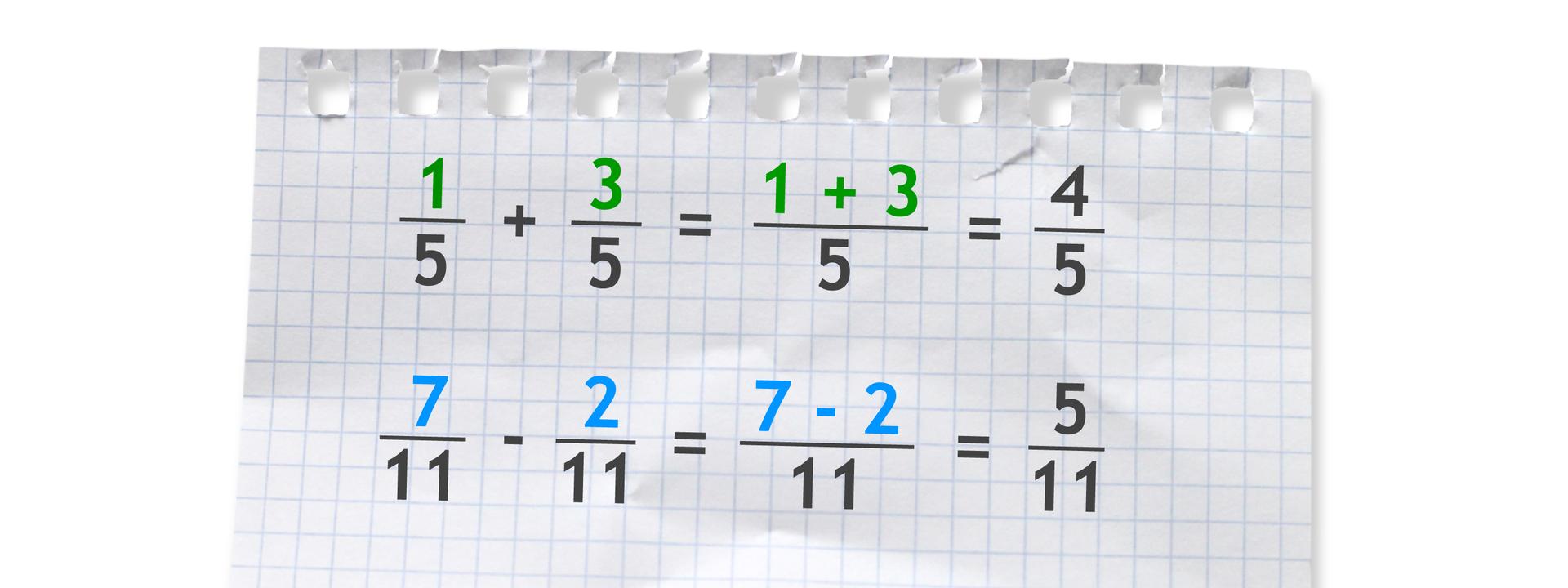 Dwa przykłady. Pierwszy przykład: jedna piąta plus trzy piąte równa się cztery piąte. Drugi przykład: siedem jedenastych minus dwie jedenaste równa się pięć jedenastych.