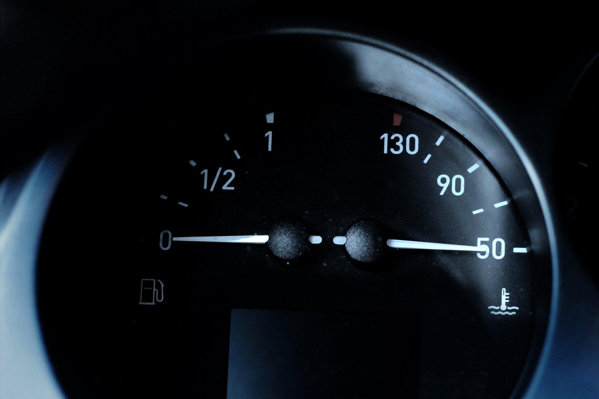 Zdjęcie wskaźnika oleju ibenzyny wsamochodzie.