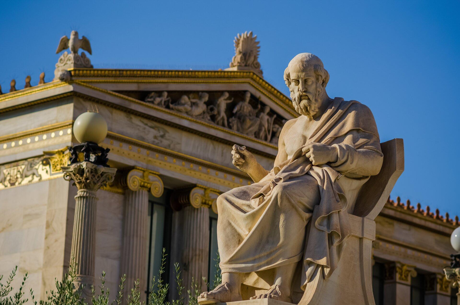 Fotografia nieznanego autora przedstawia widok na ruiny biblioteki Celsusa wEfezie oraz na pomnik Celsusa, który znajduje się na pierwszym planie.Został on przedstawiony jako mężczyzna wpodeszłym wieku. Rzeźba ukazuje go siedzącego wdługiej todze.