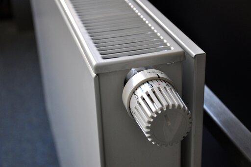 0410 Gdzie należy zamontować kaloryfery, aby zapewnić równomierny rozkład temperatur wbudynku?