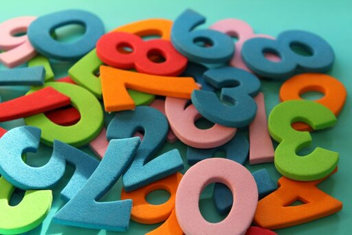 """Interpretacja graficzna układu równań kwadratowych postaci <math><mfenced open=""""{"""" close=""""""""><mtable columnalign=""""left""""><mtr><mtd><msup><mi>x</mi><mn>2</mn></msup><mo>+</mo><msup><mi>y</mi><mn>2</mn></msup><mo>+</mo><mi>a</mi><mi>x</mi><mo>+</mo><mi>b</mi><mi>y</mi><mo>=</mo><mi>c</mi></mtd></mtr><mtr><mtd><msup><mi>x</mi><mn>2</mn></msup><mo>+</mo><msup><mi>y</mi><mn>2</mn></msup><mo>+</mo><mi>d</mi><mi>x</mi><mo>+</mo><mi>e</mi><mi>y</mi><mo>=</mo><mi>f</mi></mtd></mtr></mtable></mfenced></math>"""