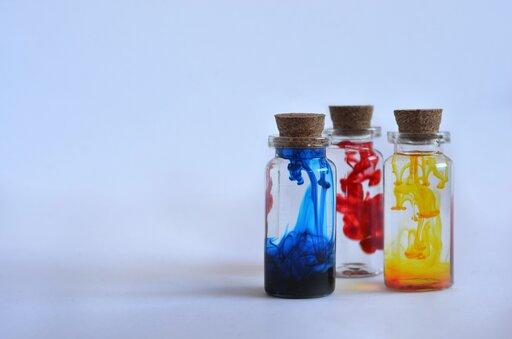 Czy fenol wykazuje właściwości kwasowe?